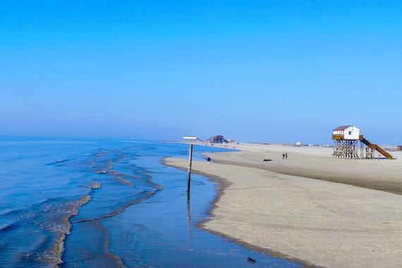 Beim Camping an der Nordsee finden die Urlauber erholende Tage am Strand.