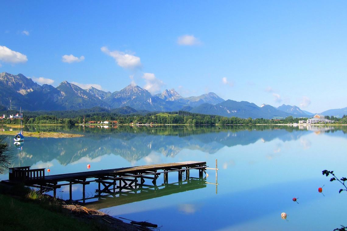 Die Seenlandschaft rund um Füssen ist eine ideale Kulisse für den sommerlichen Badeurlaub.