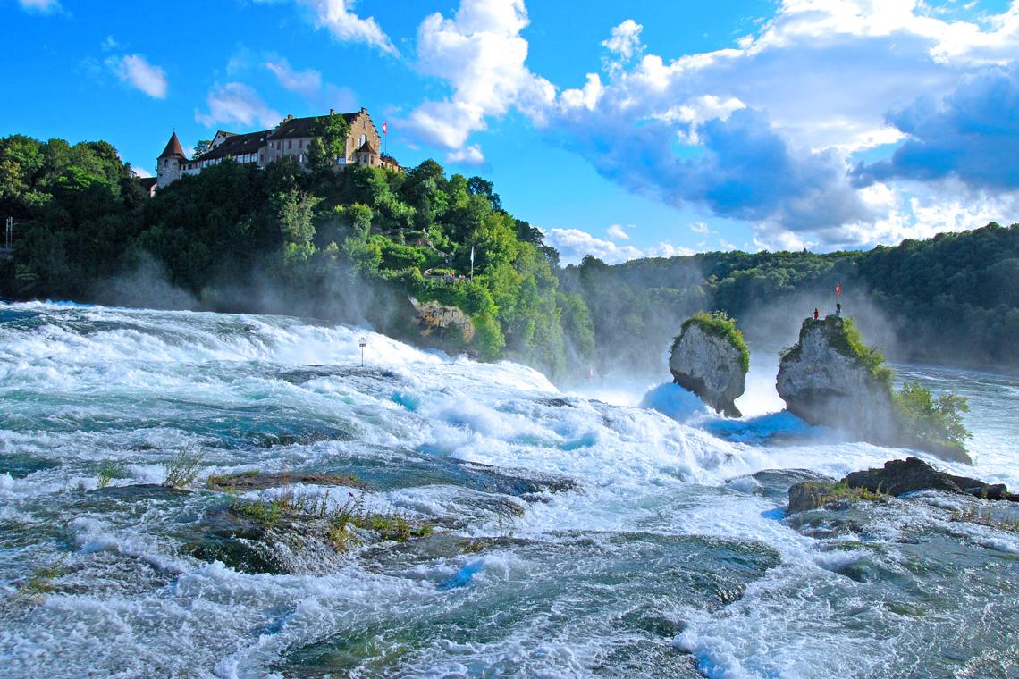 Die Rheinfälle in Schaffhausen am Bodensee ziehen jährlich zahlreiche Besucher aus dem In- und Ausland an.