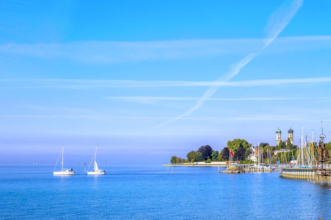 Zwischen dem Hafen Lindau sowie dem Hexenstein und entlang des Damms ermöglicht der rund 1,4 km lange Strand ungetrübtes Badevergnügen im Bodensee.