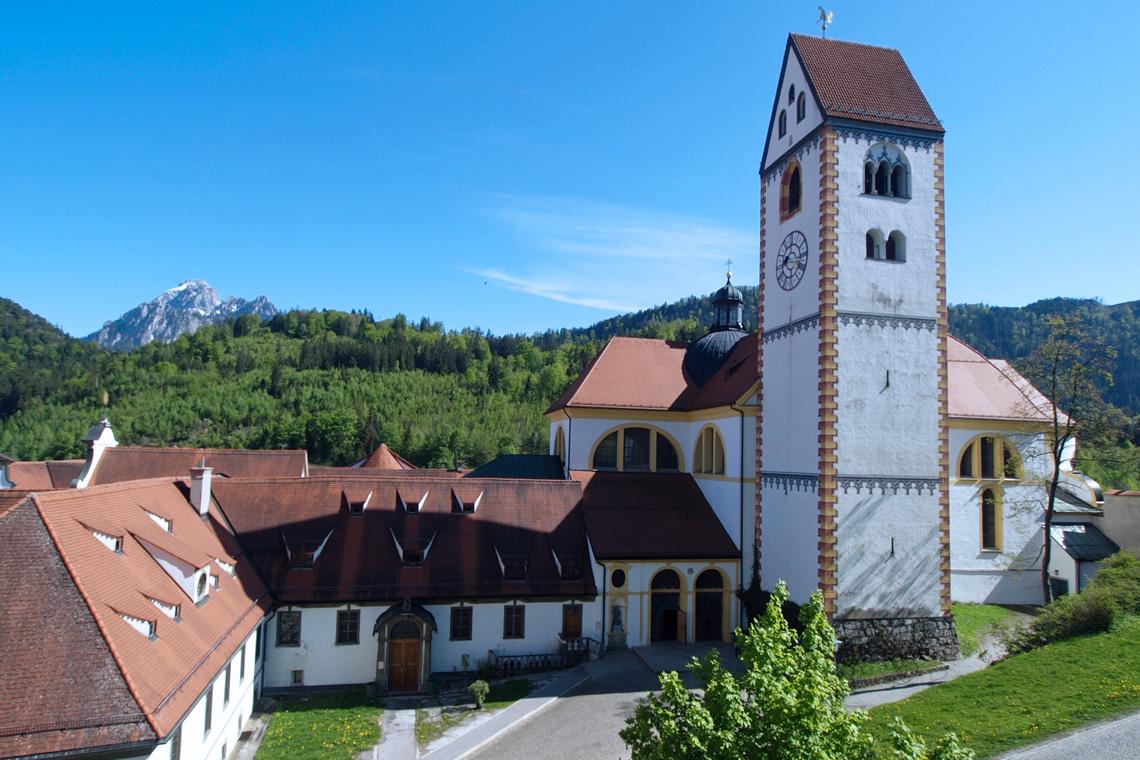 Für alle Kulturliebhaber ein Muss ist der Besuch des ehemaligen Klosters Sankt Mang mit seiner berühmten St.-Anna-Kapelle aus dem 9. Jahrhundert.