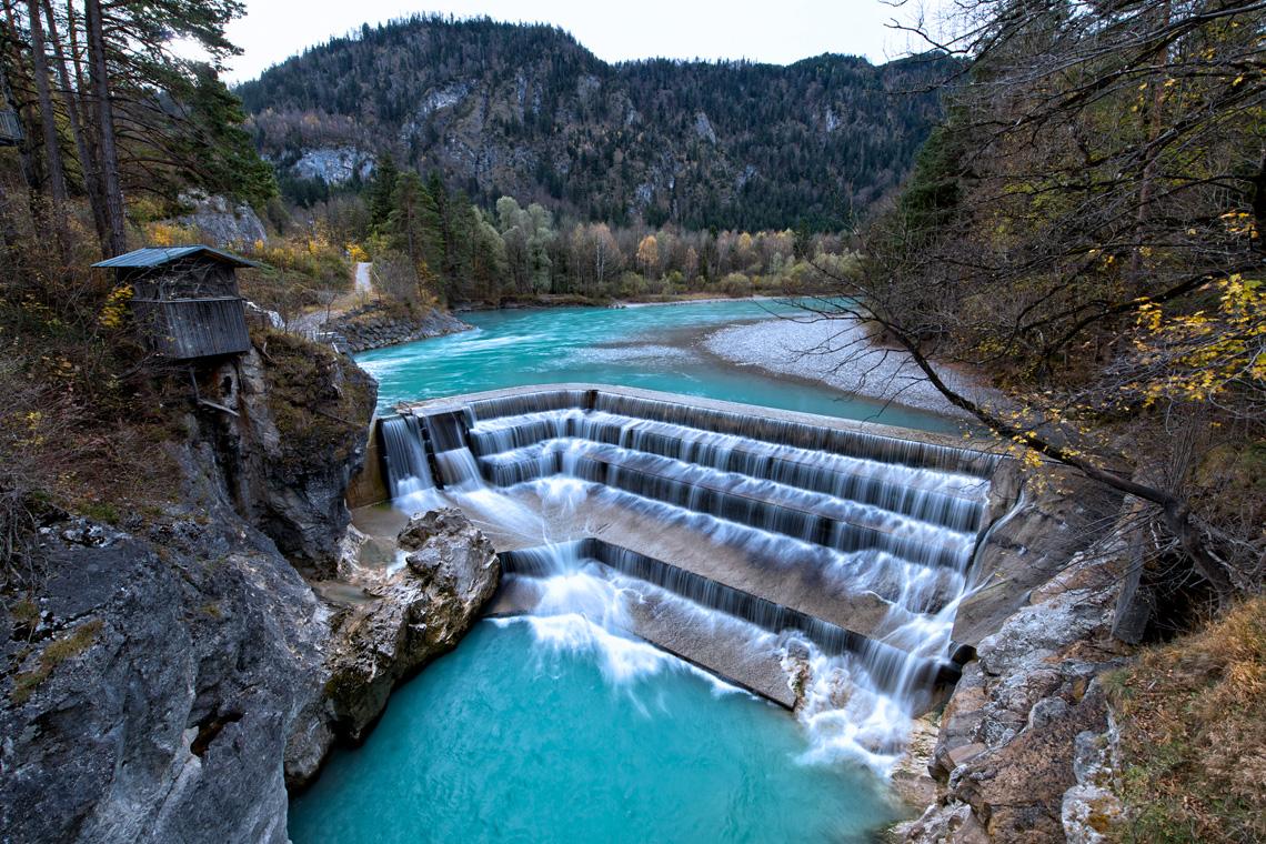 Der Lech macht die Stadt Füssen landschaftlich reizvoll, er entspringt im Lechquellengebirge und mündet später bei Rain in die Donau.
