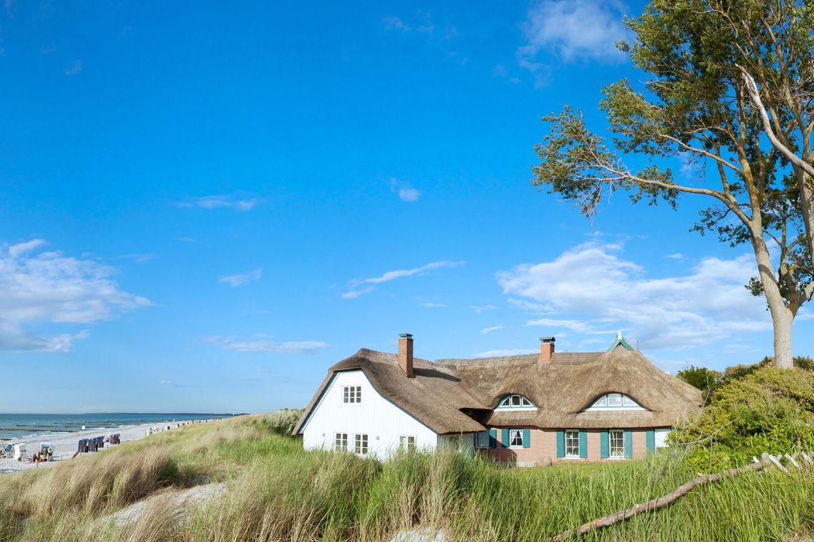 Camping an der Ostsee verspricht Erholung zwischen Meer, Dünen und Reetdachhäusern.