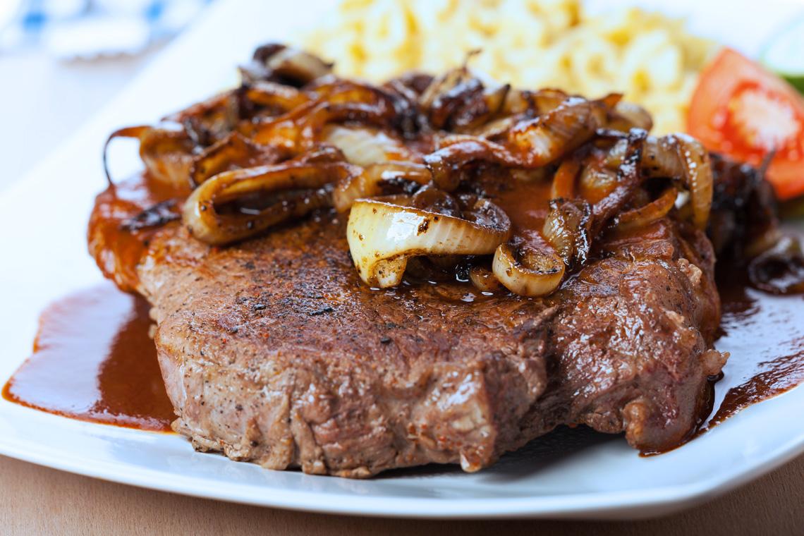 Ein Klassiker der regionalen Küchen ist der Zwiebelrostbraten mit Spätzle.