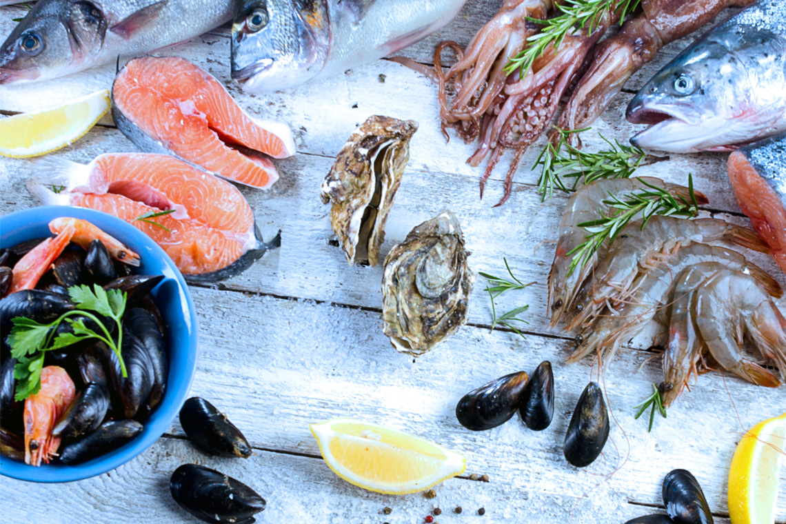 Aufgrund der Nähe zum Meer bestimmen vor allem Fisch und Meeresfrüchte die regionale Küche.
