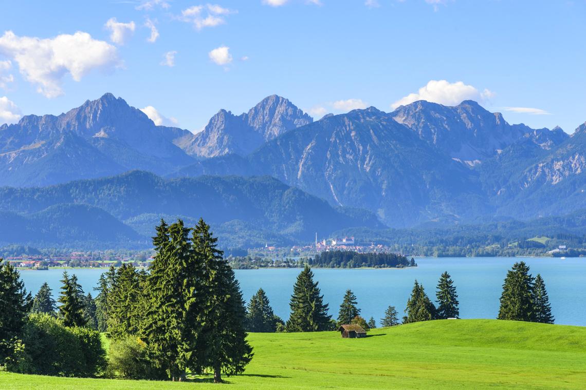 Urlaub in Füssen beudetet vor allem die Ruhe an einem der kristallklaren Seen mit malerischer Bergkulisse zu genießen.