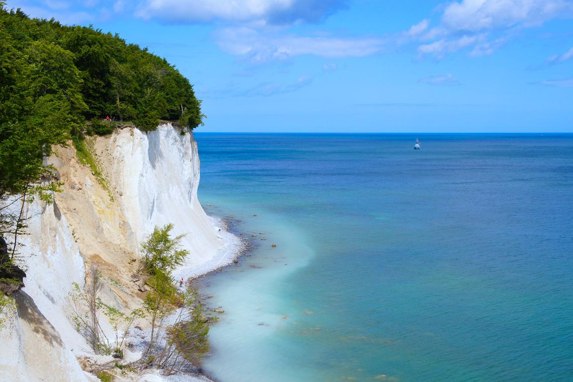 Die Ostseeküste bietet mit ihren Klippenformationen tolle Motive vom Wasser aus.