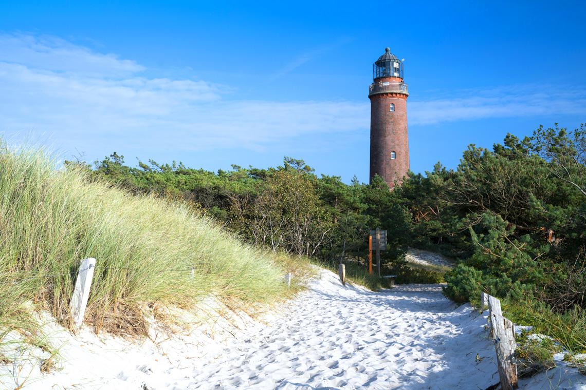 Bei Spaziergängen entlang der Strände oder beim Besuch eines Leuchtturms lässt sich die Natur der Ostseeregion am besten erkunden.