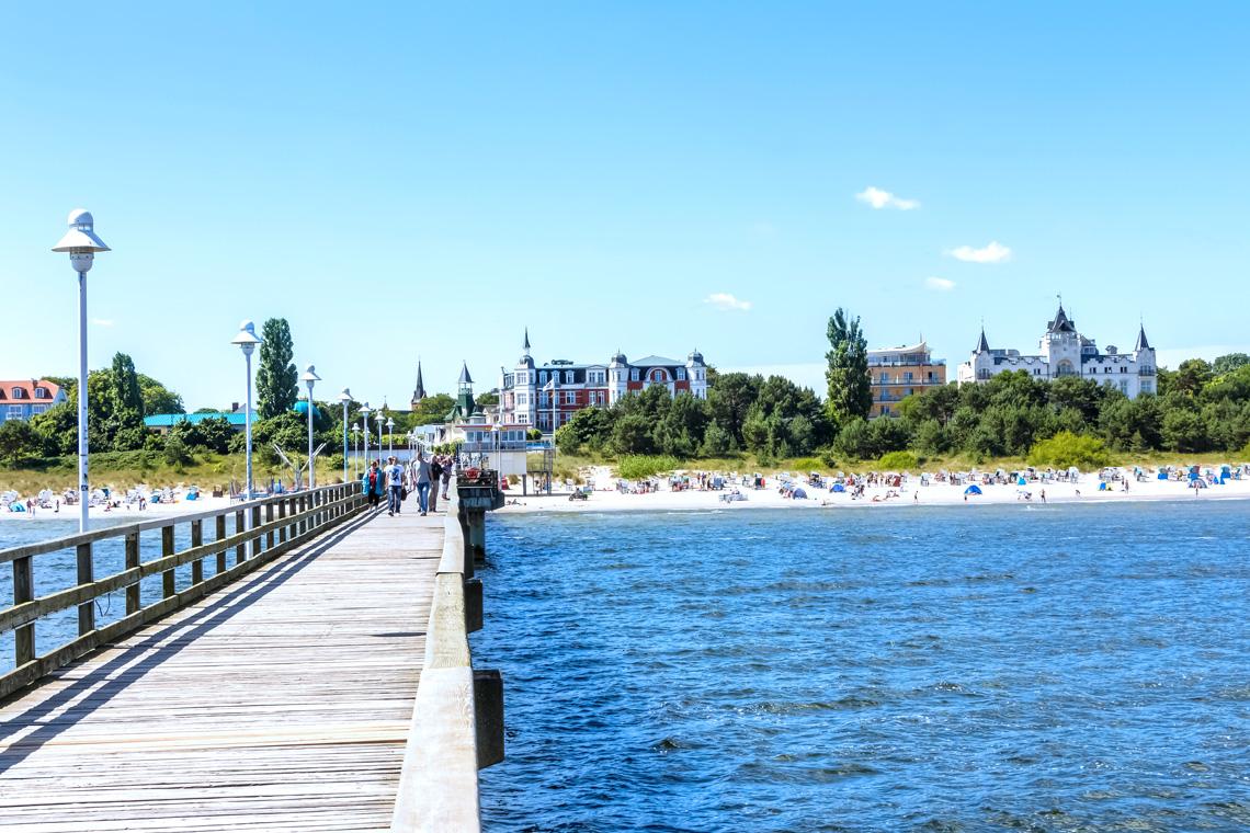 Die Ostseebäder mit ihren endlosen Promenaden laden zum Flanieren direkt am Wasser ein.