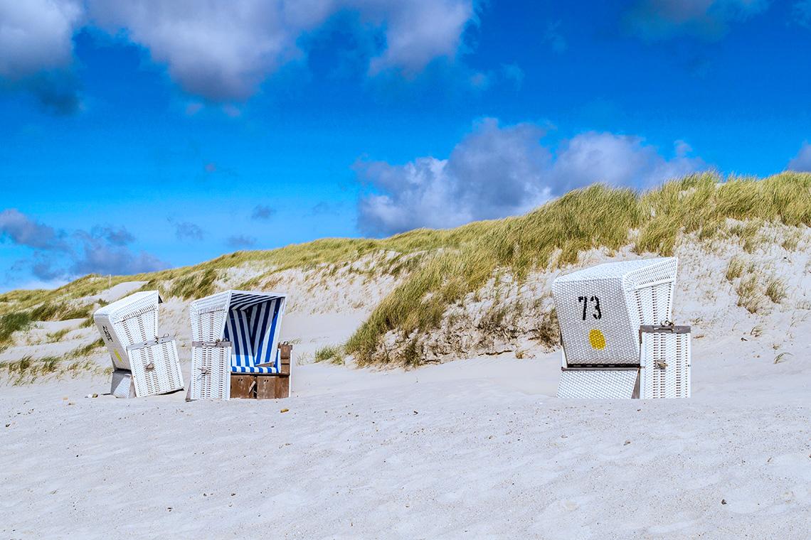 Wer seinen Urlaub an der Nordsee lieber ruhig gestaltet, mietet sich an der Nordsee einen Strandkorb.
