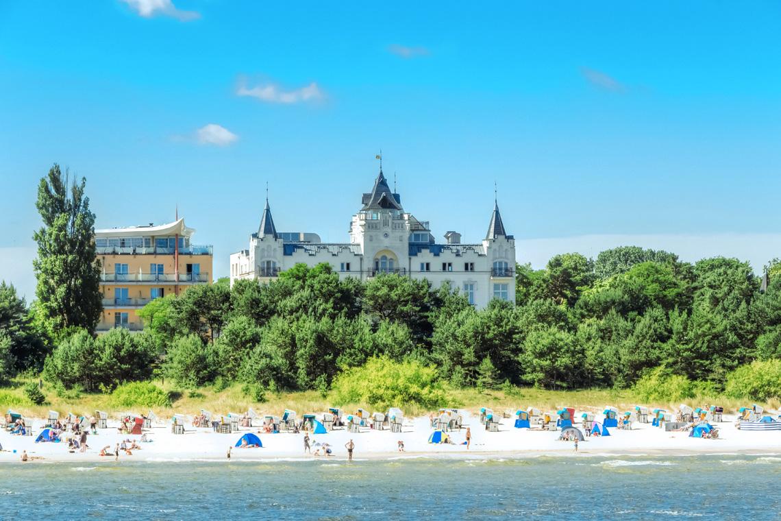 Die Ostsee bietet neben endlosen Stränden auch geschichtsträchtige Hansestädte, die erkundet werden wollen.